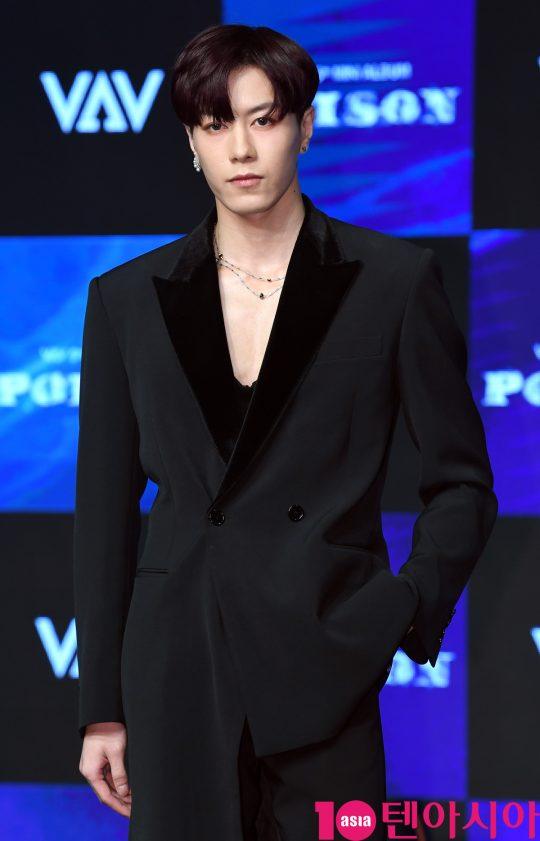 그룹 VAV(에이노, 에이스, 바론, 로우, 지우, 제이콥, 세인트반) 제이콥이 21일 오후 서울 강남구 청담동 일지아트홀에서 열린 5th 미니앨범 '포이즌(POISON)' 쇼케이스에 참석하고 있다.