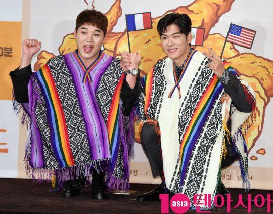 권혁수와 오스틴 강이 22일 오후 서울 여의도 켄싱턴호텔에서 열린 Olive '치킨로드' 기자간담회에 참석하고 있다.