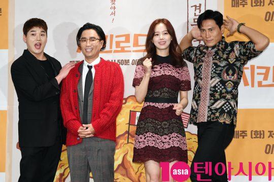 권혁수,정재형,강한나,김재우(왼쪽부터)가 22일 오후 서울 여의도 켄싱턴호텔에서 열린 Olive '치킨로드' 기자간담회에 참석하고 있다.