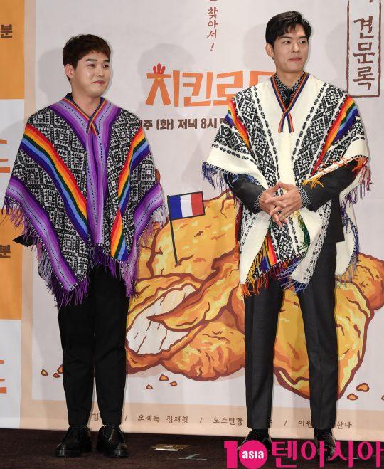 권혁수와 오스틴강이 22일 오후 서울 여의도 켄싱턴호텔에서 열린 Olive '치킨로드' 기자간담회에 참석하고 있다.