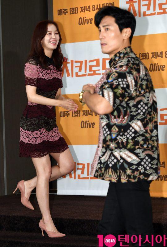 강한나와 김재우가 22일 오후 서울 여의도 켄싱턴호텔에서 열린 Olive '치킨로드' 기자간담회에 참석하고 있다.