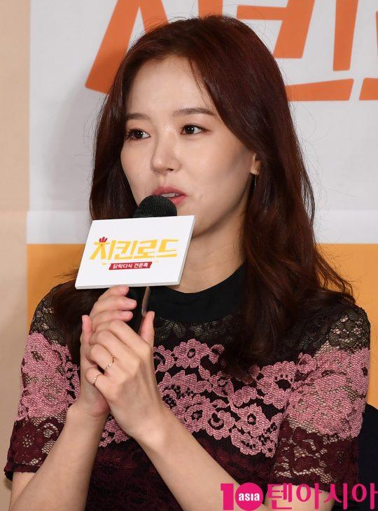 배우 강한나가 22일 오후 서울 여의도 켄싱턴호텔에서 열린 Olive '치킨로드' 기자간담회에 참석하고 있다.