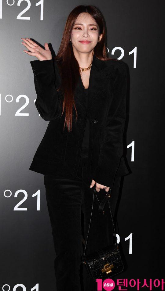 가수 헤이즈가 24일 오후 서울 청담동 N°21 청담 플래그십 스토어에서 열린 넘버21의 포토콜 행사에 참석하고 있다.