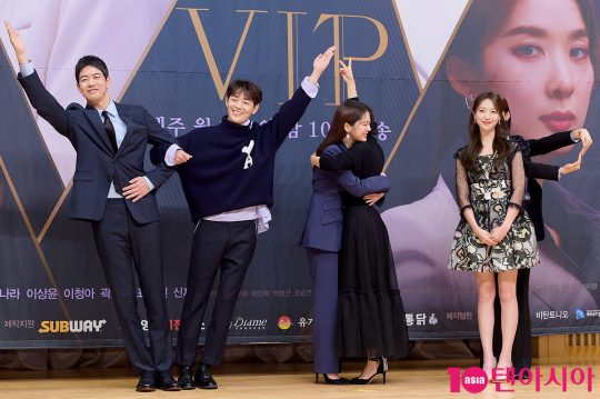 배우 이상윤(왼쪽부터), 신재하, 장나라, 곽선영, 표예진, 이청아가 드라마 제목인 'VIP' 글자를 만들어 보이고 있다. /서예진 기자 yejin@