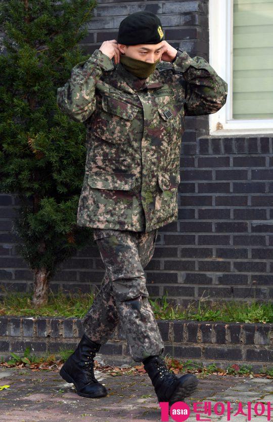 육군 만기 전역한 그룹 빅뱅 지드래곤이 26일 오전 경기도 용인시 한 사령부에서 전역하고 있다.