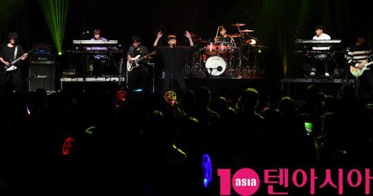 가수 홍경민이 27일 오후 서울 한강의 노들섬 라이브 하우스에서 열린 故 신해철 5주기 추모콘서트 '시월' 참석해 멋진공연을 선보이고 있다.