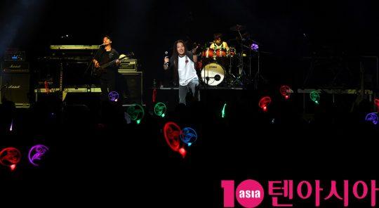 크래쉬 안흥찬이 27일 오후 서울 한강의 노들섬 라이브 하우스에서 열린 故 신해철 5주기 추모콘서트 '시월' 참석해 멋진공연을 선보이고 있다.