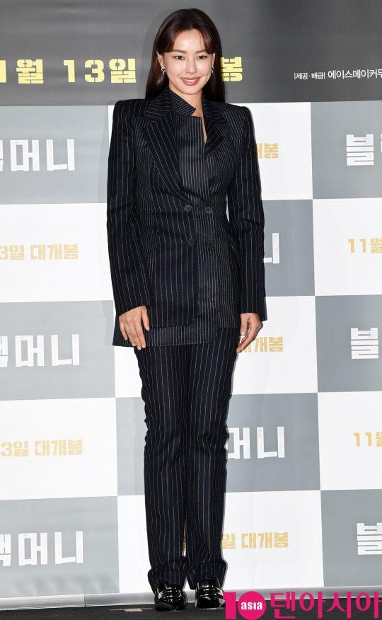 배우 이하늬가 28일 오후 서울 한강로3가 CGV 용산아이파크몰점에서 열린 영화 '블랙머니' 언론시사회에 참석하고 있다.