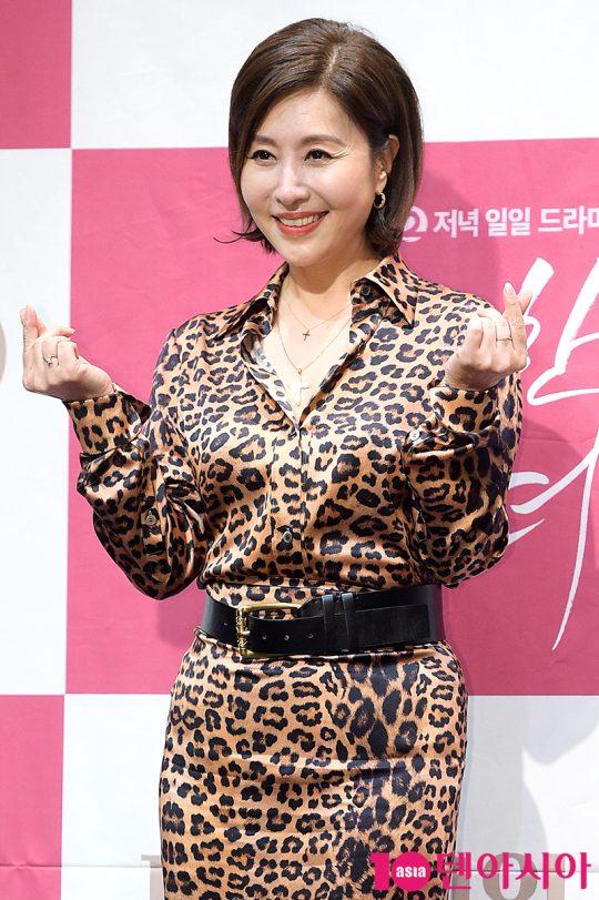 배우 최명길이 31일 오후 서울 신도림동 라마다호텔에서 열린 KBS2 일일드라마 '우아한 모녀' 제작발표회에서 인사하고 있다. / 서예진 기자 yejin@