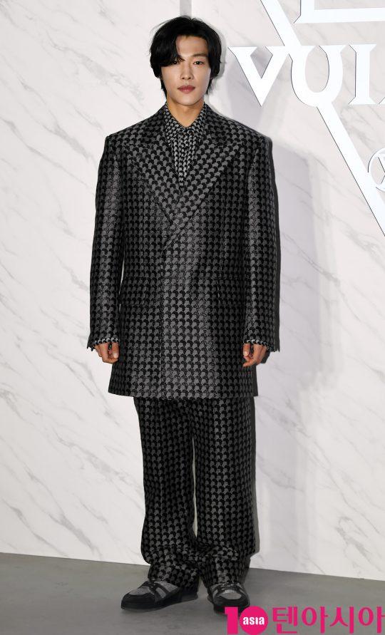 배우 우도환이 31일 오후 인천광역시 운서동 인천국제공항 격납고에서 열린 루이 비통(Louis Vuitton) 포토콜 행사에 참석하고 있다.