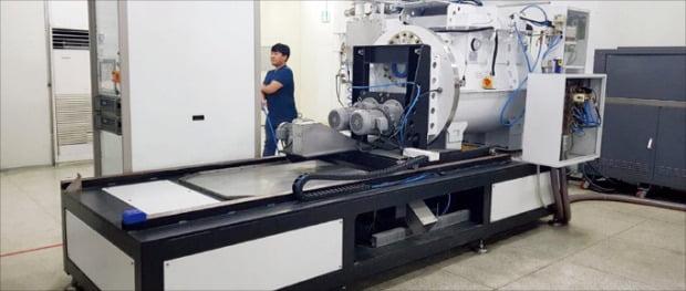 고순도의 나노 입자를 저렴하게 대량생산할 수 있는 아이큐브글로벌의 금속 나노 입자 증착 기계.