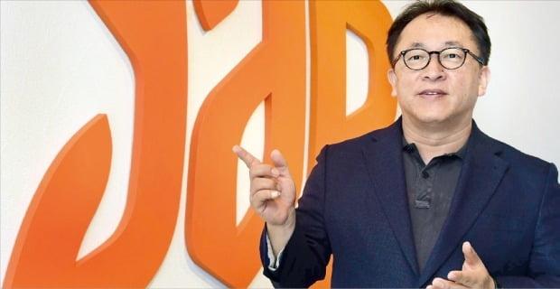 안경훈 얍컴퍼니 대표가 최근 선보인 2세대 스마트 오더 '챗봇 오더'를 설명하고 있다. /김영우 기자  youngwoo@hankyung.com
