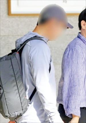 조국 법무부 장관의 동생 조모씨가 1일 서울 서초구 중앙지검으로 들어서고 있다.  /연합뉴스
