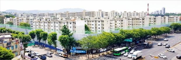 민간택지 분양가 상한제를 피할 수 있을 것으로 보이는 서울 아파트의 호가가 치솟고 있다. 사진은 철거를 진행 중인 서울 강동구 둔촌주공아파트.  한경DB