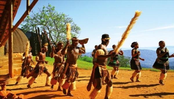 격렬한 춤사위가 흥겨운 줄루족 전통 공연.