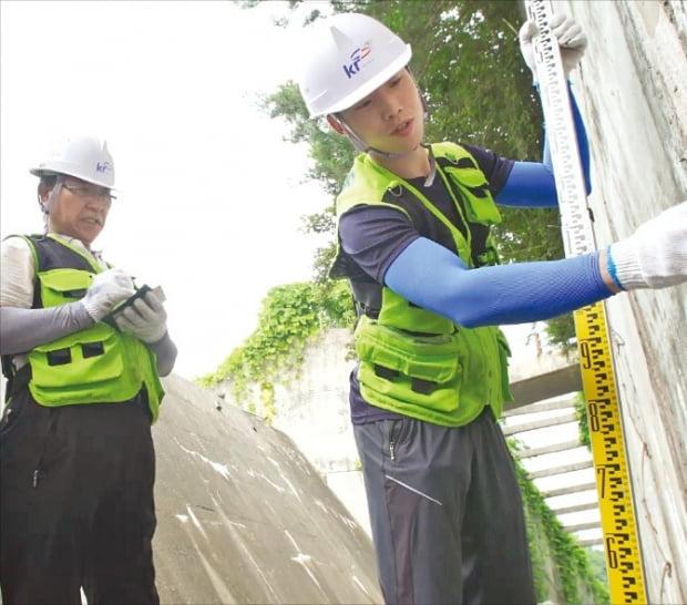 한국농어촌공사의 '시설물점검 119센터' 직원들이 저수지 시설을 점검하고 있다.  한국농어촌공사 제공