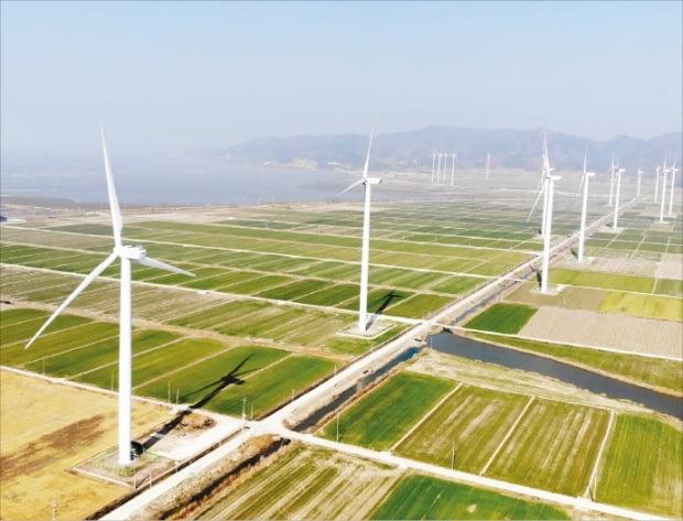 한국동서발전은 민간 기업들의 신재생에너지 기술 국산화를 적극 지원하고 있다. 지난 1월 동서발전이 국산 기자재만 사용해 조성한 전남 영광군 140㎿급 서해안 풍력단지 전경.  한국동서발전 제공