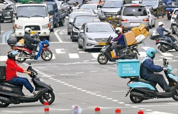 오토바이 배달대행 기사들이 음식을 배달하고 있다.  /강은구 기자 egkang@hankyung.com