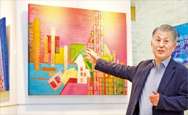 서울 청파로 한경갤러리의 개인전에 출품한 작품을 설명하고 있는  박재영 전 한진중공업 대표.