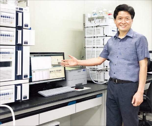 이희용 지투지바이오 대표가 대전 본사 연구소에서 약효 지속성 미립구 기술을 설명하고 있다.  지투지바이오 제공