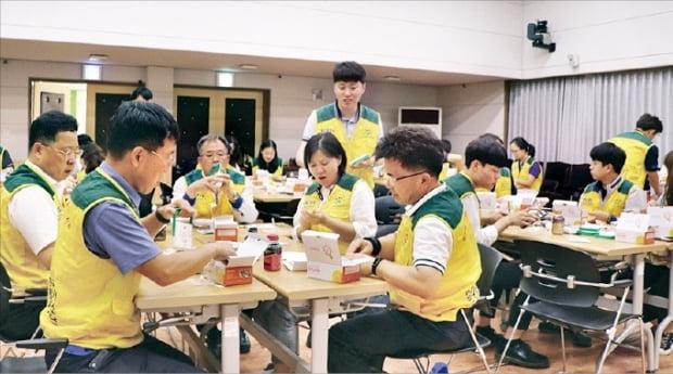 한국남동발전 임직원 60명은 지난 6월 경기 분당발전본부 바르미홀에서 '태양광랜턴 만들기 재능기부 봉사활동'을 했다.  한국남동발전 제공