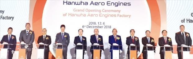 김승연 회장(왼쪽 여섯 번째)은 지난해 12월 베트남 하노이 인근 화락 하이테크 단지(Hoa Lac Hi-Tech Park)에 있는 한화에어로스페이스 항공기 엔진부품 신공장 준공식에 참석했다.  한화그룹 제공