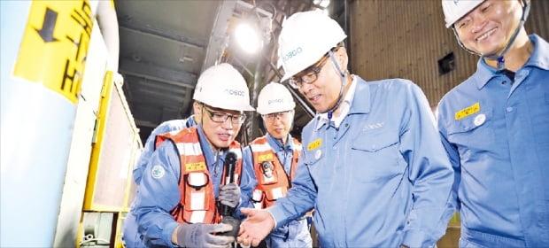 최정우 포스코 회장(오른쪽 두 번째)이 포항제철소 파이넥스 성형탄 공장을 방문해 직원들을 격려하고 있다. 포스코 제공