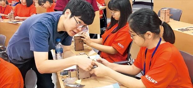 청소년을 대상으로 한 '한화-KAIST 인재양성 프로그램'은  KAIST와 연계해 매년 50명씩 과학영재를 뽑아 교육한다. 한화그룹 제공