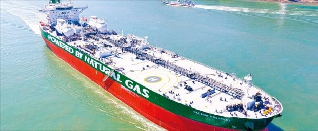 현대삼호중공업이 2018년 7월 세계 최초로 인도한 액화천연가스(LNG)추진 대형 유조선. 현대중공업그룹 제공