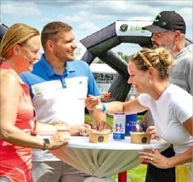 CJ그룹이 후원하는 PGA투어의 비비고 부스에서 관람객들이 식사하고 있다.