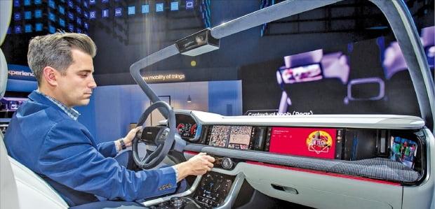삼성전자는 지난 1월 미국 라스베이거스에서 열린 세계 최대 전자쇼 'CES 2019'에서 차량용 인포테인먼트 시스템인 '디지털 콕핏 2019'를 선보였다.  삼성전자 제공