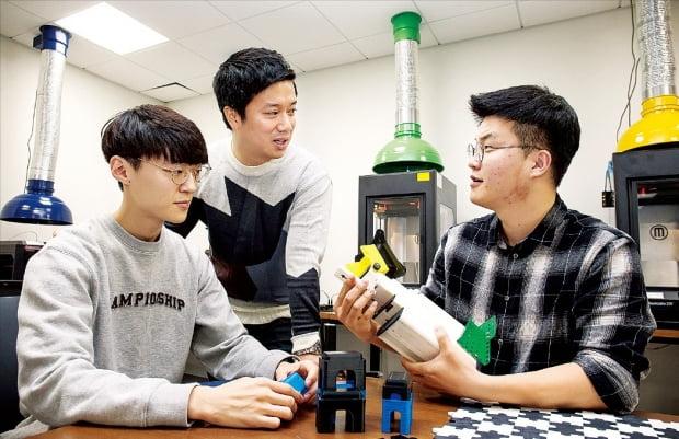 삼성전자·서울대 공동연구소에 있는 삼성전자의 창업 지원 공간 'C랩 팩토리'에서 학생들이 3차원(3D) 프린터로 제작한 제품을 살펴보고 있다.  삼성전자 제공