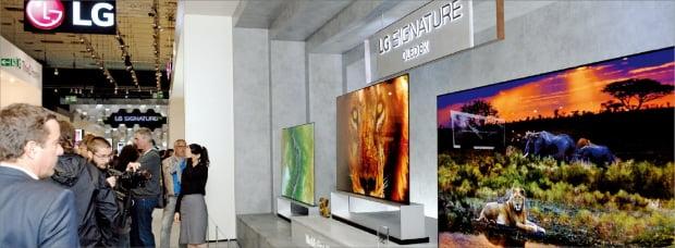 지난달 6~11일 독일 베를린에서 열린 국제 가전전시회 'IFA 2019'에서 관람객들이 LG전자의 신성장동력으로 꼽히는 OLED 8K TV를 살펴보고 있다.  LG전자 제공
