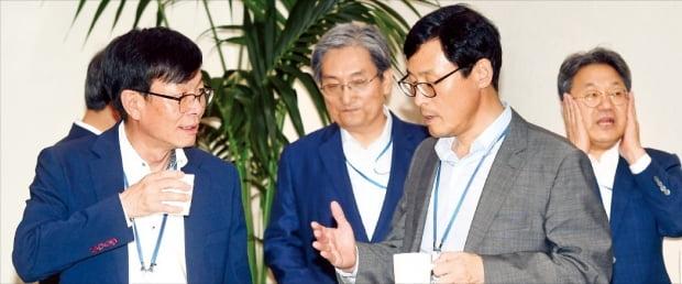 김상조 청와대 정책실장(왼쪽부터)과 노영민 비서실장, 이호승 경제수석이 지난달 16일 청와대에서 열린 수석·보좌관회의를 앞두고 얘기하고 있다. 맨 오른쪽은 강기정 정무수석.  허문찬 기자 sweat@hankyung.com