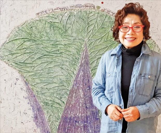 장지원 화백이 오는 14일 앤갤러리에서 개막하는 고희전에 출품할 작품을 소개하고 있다.