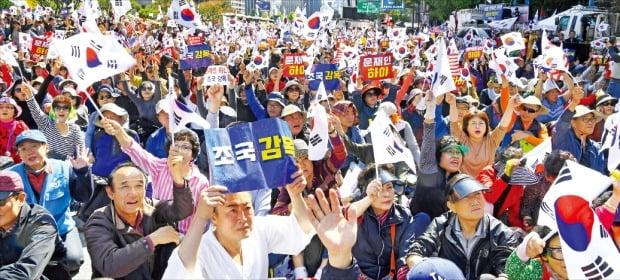 9일 서울 광화문 일대에서 조국 법무부 장관 사퇴 등을 주장하는 시민들이 태극기를 흔들며 시위하고 있다.  강은구 기자  egkang@hankyung.com