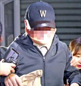 조국 법무부 장관의 동생 조모씨(52)가 9일 자신의 구속영장이 기각되자 경기 의왕시 서울구치소를 빠져나오고 있다.  연합뉴스