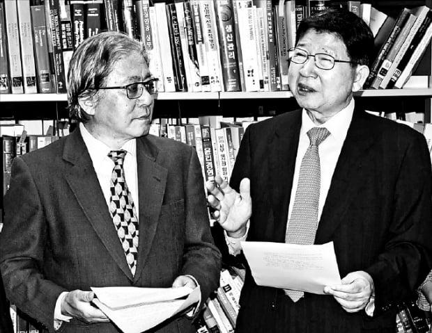 오코노기 마사오 게이오대 명예교수(왼쪽)가 최근 서울 한국생산성본부에서 열린 '한·일관계의 현재와 미래' 세미나에서 정갑영 연세대 명예특임교수와 대담하고 있다.  김범준 기자 bjk07@hankyung.com