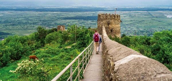 길이가 총 5㎞에 달하는 시그나기 성벽. 아름다운 코카서스 산맥과 알라자니 계곡의 풍경을 감상할 수 있는 최고의 포인트다.