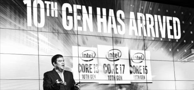 잭 후앙 인텔 APJ세일즈매니저가 10일 서울 JW메리어트 동대문스퀘어호텔에서 10세대 코어 프로세서를 소개하고 있다.  인텔코리아 제공