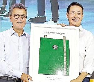 10일 일산 킨텍스에서 열린 '스타벅스 코리아 리더십 콘퍼런스'에 존 컬버 스타벅스 글로벌 총괄사장(왼쪽)이 참석해 송호섭 스타벅스커피코리아 대표에게 스타벅스 커뮤니티 스토어를 상징하는 녹색 앞치마를 전달하고 있다.