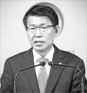은성수 금융위원장이 10일 정부서울청사에서 취임 후 첫 기자간담회를 열었다.  금융위원회 제공