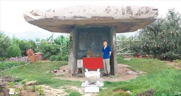 중국 요동지방 건안성 근처의 고조선 고인돌. 무덤 겸 하늘에 제사를 지내는 원(고)조선의 문화지표다. 길이가 9m 가까이 되는 규모에서 한민족의 통 크고 호방한 기운을 느낄 수 있다.  석하사진문화연구소 제공