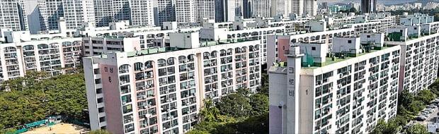 1900여 가구로 재건축을 추진 중인 서울 신천동 미성·크로바아파트의 이주 전 모습. 이 단지는 정부의 민간택지 분양가 상한제 6개월 유예 방침에도 후분양에 무게를 두고 있다.  한경DB