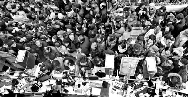 2011년 2월 17일 부산 해운대구 부산2저축은행에 예금자들이 몰려 북새통을 이루고 있다.  한경DB