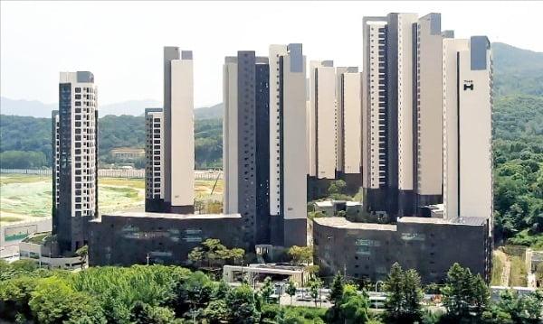 거주 환경은 물론 주변 정비 효과가 뛰어난 신축 아파트의 인기가 치솟으면서 서울 자치구 간 아파트 평균가격 순위가 바뀌었다. 지난 9월 입주가 시작된 개포동 디에이치아너힐스.