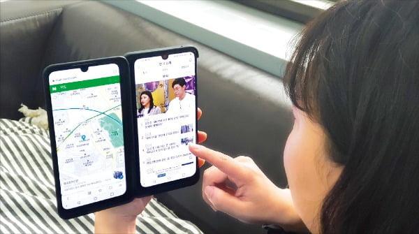 LG V50S 씽큐로 뉴스를 보면서 지도에서 한국경제신문 본사 위치를 검색하고 있다.  /전설리 기자