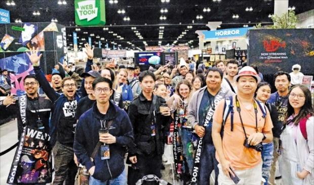 미국 웹툰 팬들이 지난 12일 로스앤젤레스(LA)에서 열린 미국 최대 만화 축제 '코믹콘(Comicon)'에서 네이버 웹툰 작가들의 사인을 받기 위해 기다리고 있다.  /네이버웹툰 제공