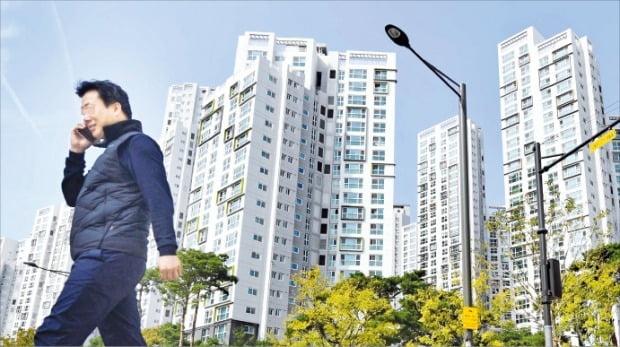 586세대는 40대 때부터 국내 최다 부동산, 주식 보유 세대로 떠올랐다. 14일 서울 대치동의 한 아파트 단지 옆으로 행인이 지나가고 있다.   /김범준  기자  bjk07@hankyung.com