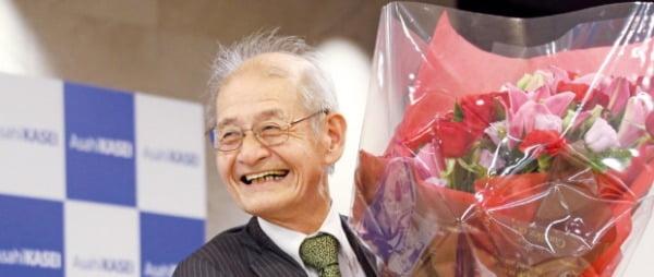 2019년 노벨화학상 공동수상자로 선정된 일본의 요시노 아키라(71)가 9일(현지시간) 수상자 발표 직후 도쿄에서 열린 기자회견에서 꽃다발을 들고 활짝 웃고 있다. 요시노의 노벨 화학상 수상으로 일본은 2년 연속 일본 국적 노벨상 수상자를 냈다. 연합뉴스